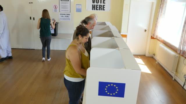 4 k 航空: ポーリング/投票で立っていた人々 e.u. 欧州議会選挙または国民投票ブース - 民主主義点の映像素材/bロール