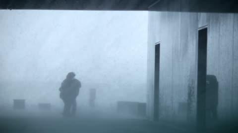 aşırı hava yağmur fırtına blizzard kasırga içinde mücadele insanlara zorla - rüzgar stok videoları ve detay görüntü çekimi