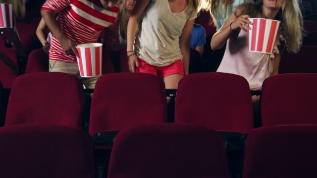 vidéos et rushes de les gens prenant des places de cinéma - cinéma