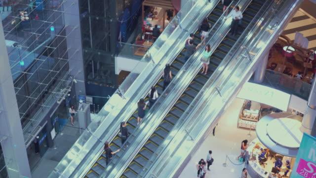 människor att flytta rulltrappan i köpcentrum - realtid bildbanksvideor och videomaterial från bakom kulisserna