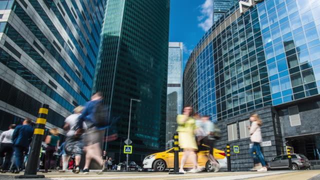 människor trafikerar i centrum av moskva-city. 4k uhd-tidsfördröjning. - moskva bildbanksvideor och videomaterial från bakom kulisserna