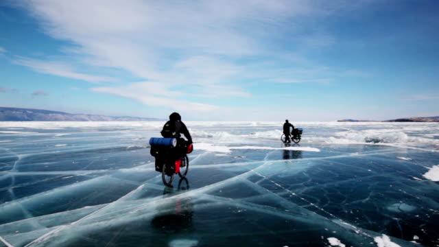 Gente viajar en frozen lago Baikal - vídeo