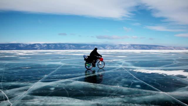 vídeos y material grabado en eventos de stock de gente viajar en frozen lago baikal - viaje a antártida