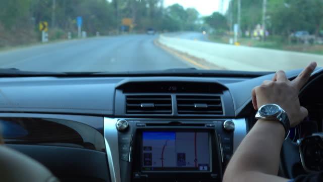 車の gps 技術と道路の旅を旅する人々 - 方向点の映像素材/bロール