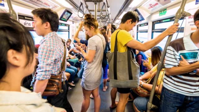 vídeos y material grabado en eventos de stock de personas que viajan en tren subterráneo, lapso de tiempo - misa