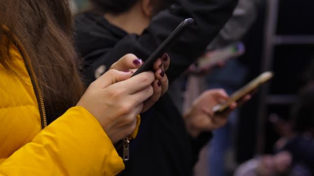 vídeos y material grabado en eventos de stock de las personas que usan el teléfono inteligente durante el viaje en el metro, la mujer - social media