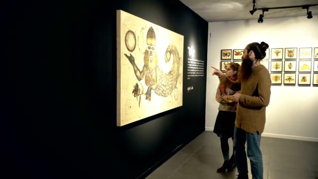 人々 は展覧会を訪問します。 ビデオ