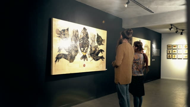 i̇nsanlar bir sergi ziyaret - sanat, kültür ve eğlence stok videoları ve detay görüntü çekimi