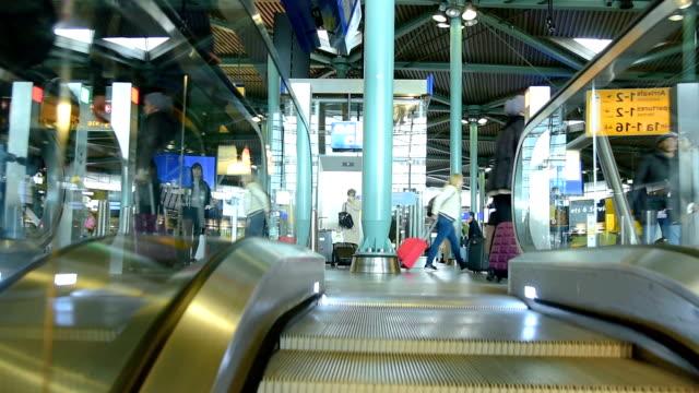 stockvideo's en b-roll-footage met mensen bezoeken vertrekhal in luchthaven schiphol op moment van de dag - schiphol