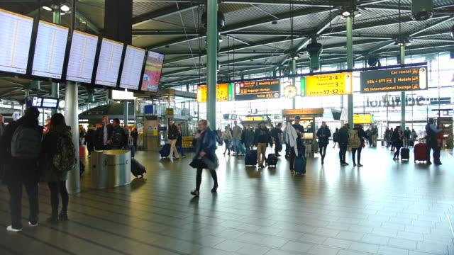 stockvideo's en b-roll-footage met mensen bezoeken vertrekhal in luchthaven schiphol op moment van de dag (ed) - schiphol