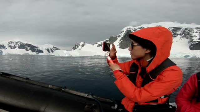 ludzie odwiedzają wybrzeże antarktyki - antarktyda filmów i materiałów b-roll