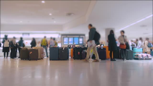 空港のバゲージ クレームで待っている人々 - 乗客点の映像素材/bロール