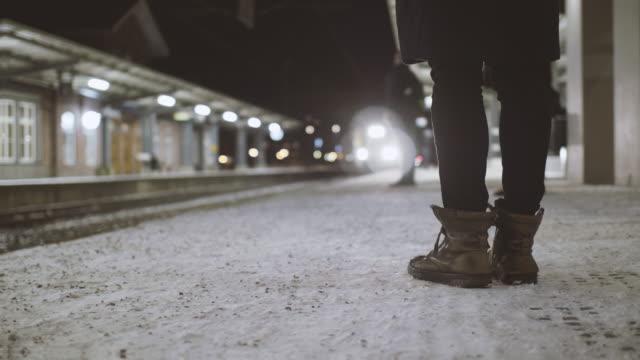 personer som väntar på tåget - waiting for a train sweden bildbanksvideor och videomaterial från bakom kulisserna