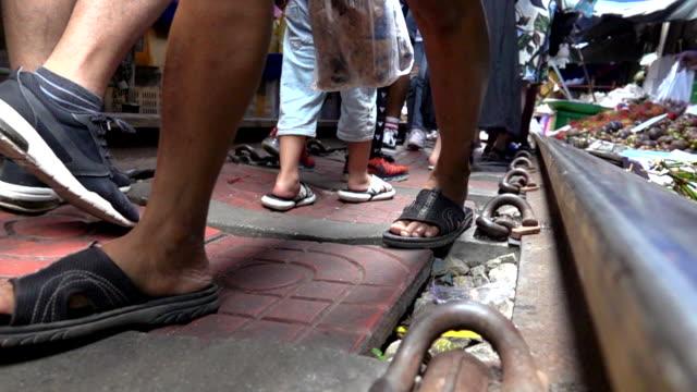 demiryolu yavaş hareket, mae klong demiryolu pazari uyanma i̇nsanlar - pazarcı stok videoları ve detay görüntü çekimi