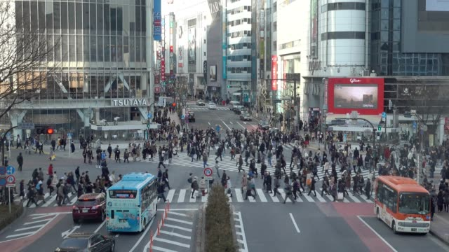 在東京,日本著名澀谷十字路口人穿過 - 澀谷交叉點 個影片檔及 b 捲影像