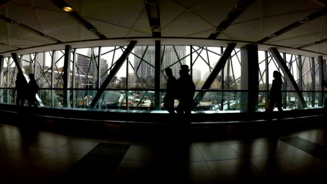 vídeos y material grabado en eventos de stock de personas a pie en situar en un cruce de peatones en el fondo de ventanas transparentes. dubai, emiratos árabes unidos - human trafficking