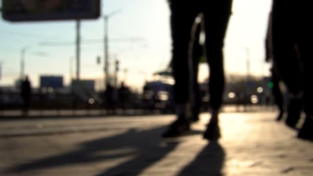 vídeos y material grabado en eventos de stock de la gente camina por la ciudad. cámara lenta. fondo borroso - enfoque en primer plano