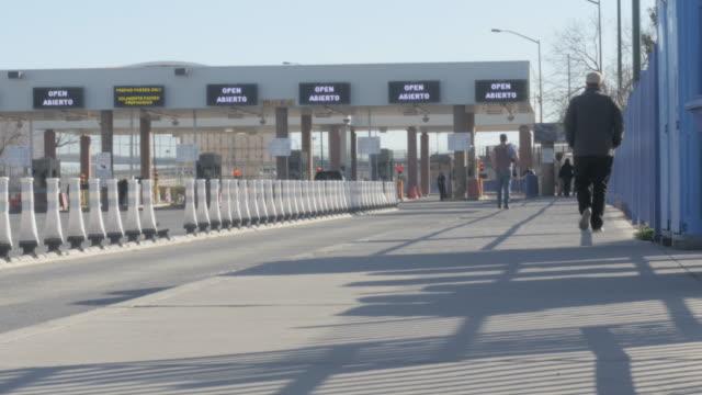 stockvideo's en b-roll-footage met mensen lopen in de richting van grensovergang - kaderrand
