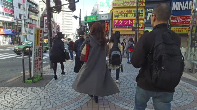 Mensen rondlopen Shinjuku straat video