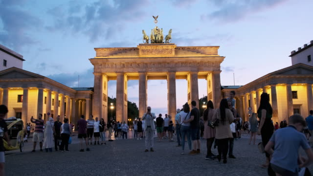 people walking around the brandenburg gate, germany at sunset - stabilized shot стоковые видео и кадры b-roll