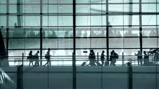 stockvideo's en b-roll-footage met mensen lopen op luchthaven - dubbelopname businessman