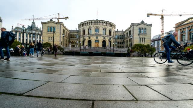 T/L Menschen zu Fuß in der Innenstadt von Oslo, Norwegen im Herbst – Video