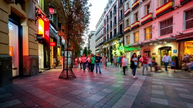 在西班牙馬德里的太陽門廣場漫步的人們 - 廣場 個影片檔及 b 捲影像