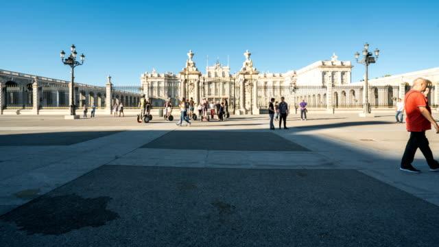 T/L Passanten am königlichen Palast von Madrid, Spanien – Video