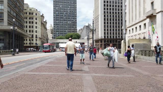 "people walking at ""viaduto do cha"" in sao paulo city - поститься стоковые видео и кадры b-roll"