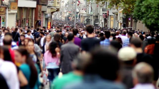 gente cammina in un'affollata strada, timelapse - city walking background video stock e b–roll