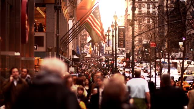 человек, ходить в дороге манхэттена - людный стоковые видео и кадры b-roll