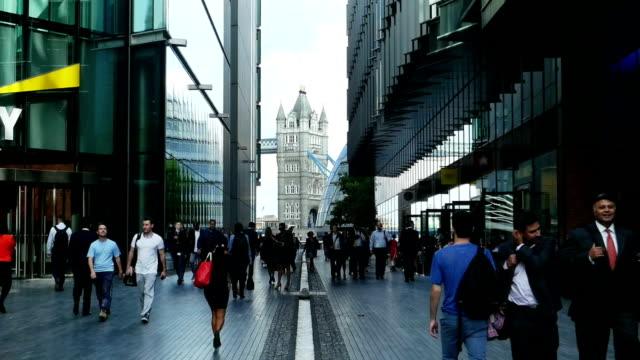 menschen gehen in der weiteren region london (4 k uhd zu/hd) - wahrzeichen stock-videos und b-roll-filmmaterial
