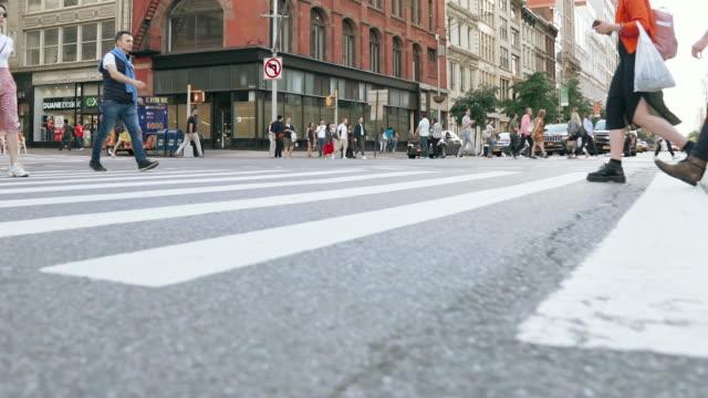 뉴욕시에서 걷는 사람들 - 도시 거리 스톡 비디오 및 b-롤 화면