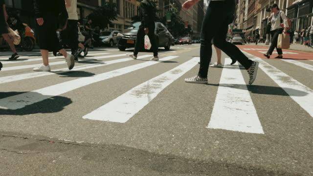 stockvideo's en b-roll-footage met mensen wandelen in new york city - oversteekplaats