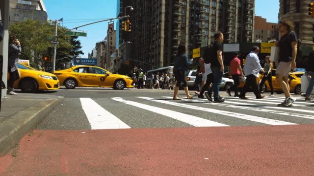 new york city 'de yürüyen insanlar - amerika kıtası stok videoları ve detay görüntü çekimi