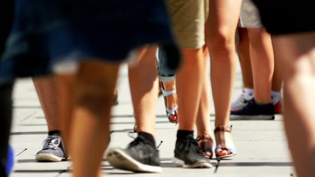 slo mo 人々徒歩でのショッピングストリートミディアムショット - 人の脚点の映像素材/bロール