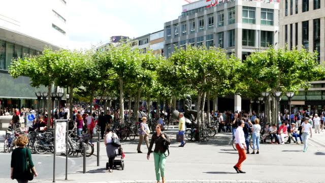 Menschen gehen In der Einkaufsstraße (4 k UHD zu/HD) – Video