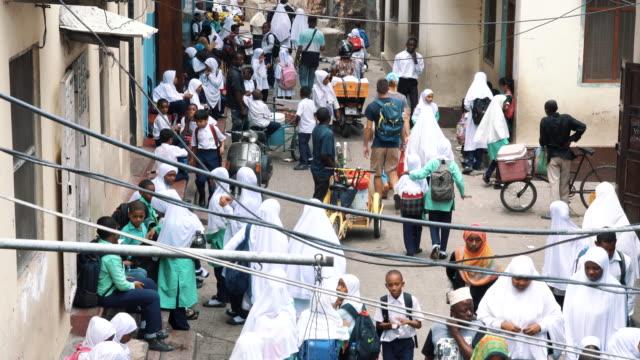 잔지바르에서 스톤 타운의 거리에 걷는 사람들 - 문화 스톡 비디오 및 b-롤 화면