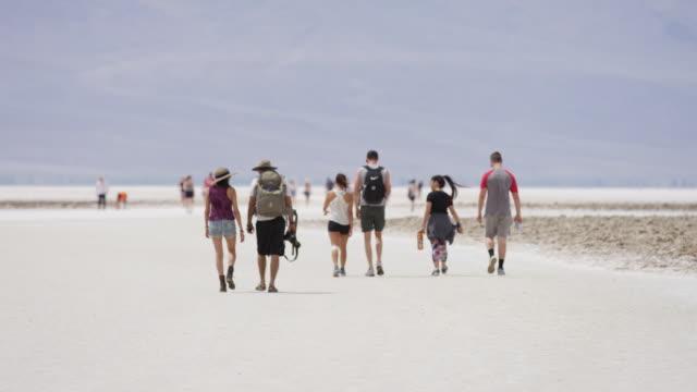 vídeos de stock e filmes b-roll de people walking in the badwater basin - parque nacional do vale da morte