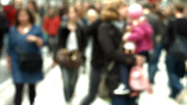 Menschen spazieren in der City Street – Video