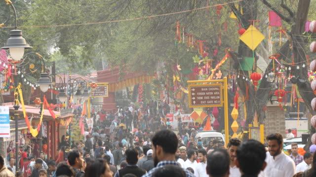 insanlar surajkund sokak pazarında yürüyüş - hindistan stok videoları ve detay görüntü çekimi