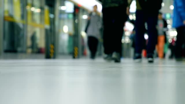 地下鉄で歩く人 - 列車点の映像素材/bロール