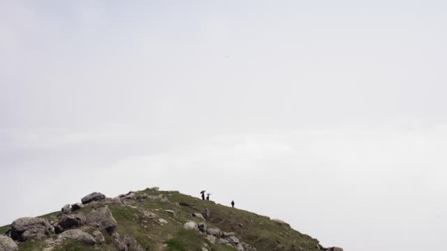 människor som vandrar i wountain ovan molnen - pilgrimsfärd bildbanksvideor och videomaterial från bakom kulisserna