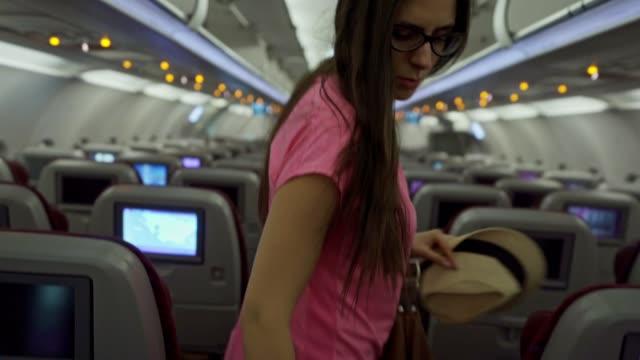 people walking of the airplane - wchodzić na pokład filmów i materiałów b-roll