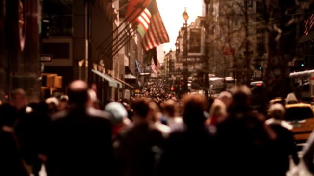 vídeos y material grabado en eventos de stock de gente caminando por un manhattan avenue. - señalización vial