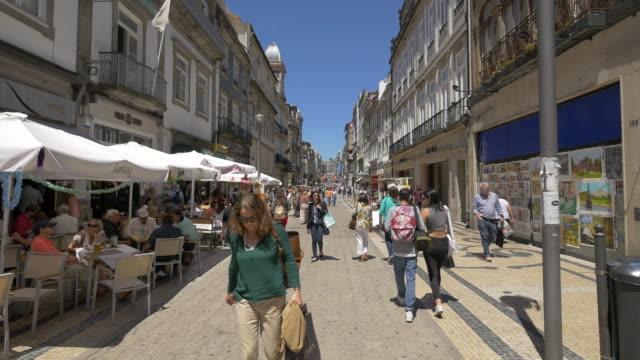 vídeos de stock e filmes b-roll de people walking on a street - esplanada portugal