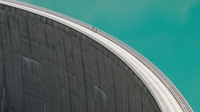 människor som går på kanten av kaprun high mountain reservoir mooserboden stausee i hohe tauern, salzburger land, österrike. - videor med salzburg bildbanksvideor och videomaterial från bakom kulisserna