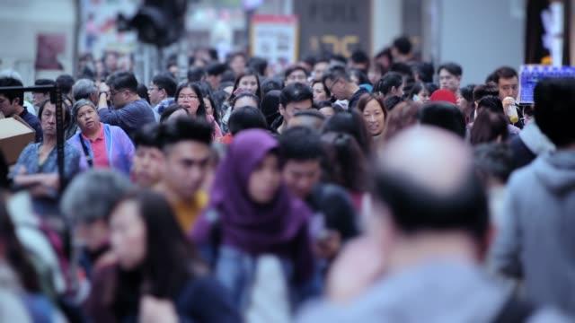 vidéos et rushes de 4k time lapse (4096 x 2160): personnes marchant sur le trottoir à hong kong. (apple prores 422(hq)).4k transport, hong kong - vidéo - chine