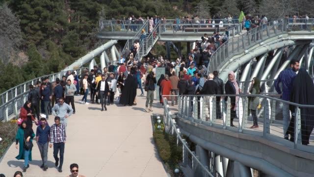 在德黑蘭塔比尼亞特橋上行走的人 - 德黑蘭 個影片檔及 b 捲影像