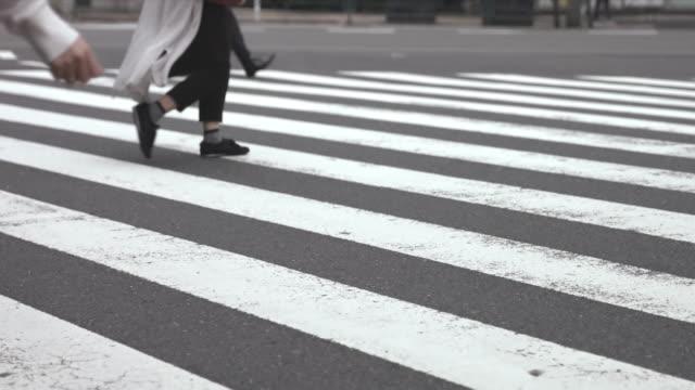 stockvideo's en b-roll-footage met mensen lopen op de oversteekplaats (slow motion video) shinbashi in de zomer - oversteekplaats